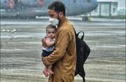 عکس تکاندهنده پدر افغان و کودکش