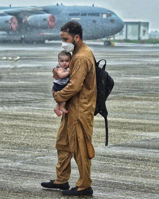 سیف الله صمدیان پاسخ داد / چرا عکس پدر افغان و کودکش تکان دهنده است؟