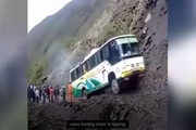 ببینید   آفرود با اتوبوس؛ مهارت حیرتانگیز راننده در کوهستان