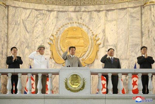 فریم به فریم رژه متفاوت روز ملی کره شمالی با لباس محافظ و ماسک
