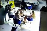 ببینید | لحظه عجیب سرقت مسلحانه از یک خانواده آمریکایی حین نوشیدن قهوه!