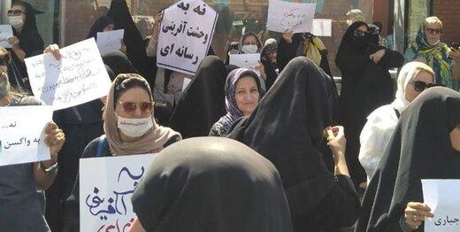 تظاهرات علیه واکسن کرونا مشکوک است/ پلیس با تظاهرات درباره افغانستان برخورد کرد اما اینجا فقط تماشا کرد