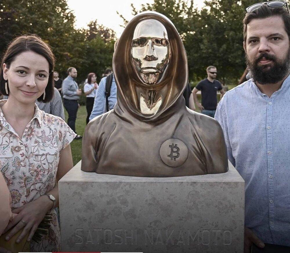 عکس | رونمایی از مجسمه خالق بیتکوین در مجارستان