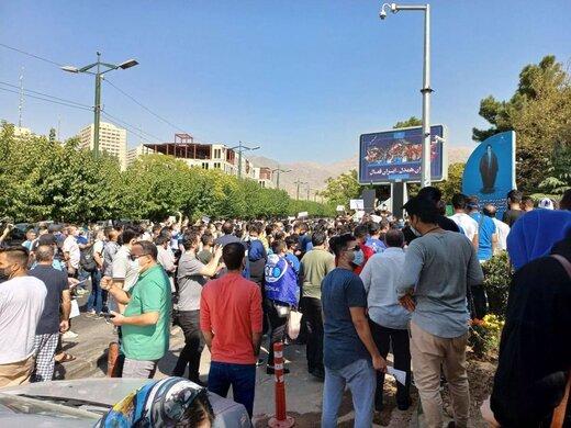تجمع دوباره هواداران استقلال مقابل وزارت ورزش/عکس