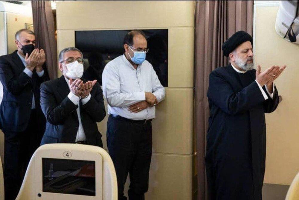 عکسی از نماز خواندن ابراهیم رئیسی در کنار نماینده اهل تسنن مجلس
