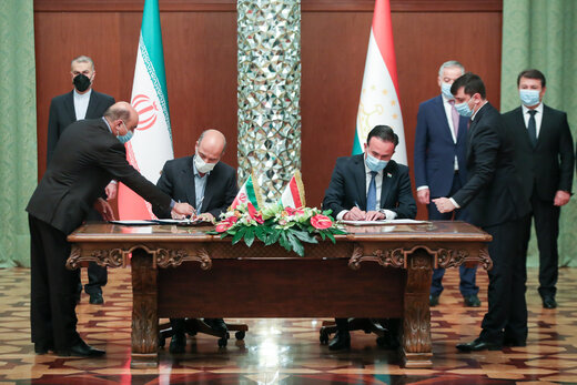 Signing pacts between Iran and Tajikistan