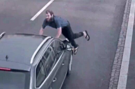 ببینید   خودکشی عجیب یک مرد با پریدن جلوی ماشین!