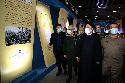 """حضور آیتالله رئیسی در نمایشگاه ملی """"در لباس سربازی"""""""