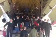 ببینید | فیلمی از لحظه پیاده شدن زائران از هواپیمای باری تهران به نجف