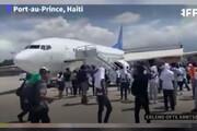 ببینید | لحظه ناامیدکننده مهاجران بعد از دیپورت شدن در فرودگاه پورتوپرنس