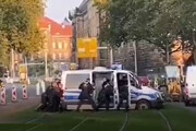 ببینید |  تلاش دیدنی پلیسهای آلمان برای جابهجا کردن خودرویی روی ریل قطار
