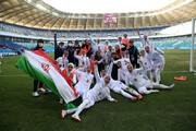عکس | جشن صعود؛ سجده تماشایی دختران ملیپوشان بر پرچم مقدس ایران