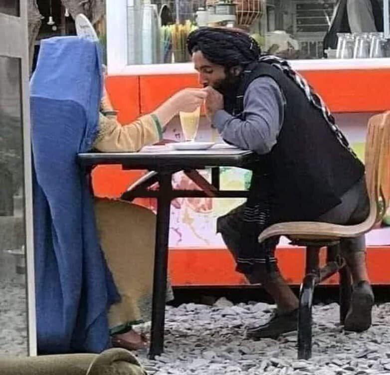 ببینید | قرار عاشقانه یک جنکجوی طالبان در کافه سیار در کابل!