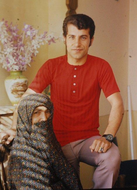 تصویری کمتر دیده شده از علی پروین در کنار مامان نصرت/عکس