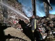 انبار ضایعات کاغذ و کارتن در ارومیه همچنان میسوزد