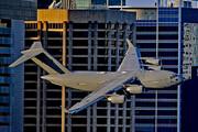 ببینید | پرواز هیجانانگیز هواپیمای غولپیکر نظامی در نزدیکی ساختمانهای مسکونی