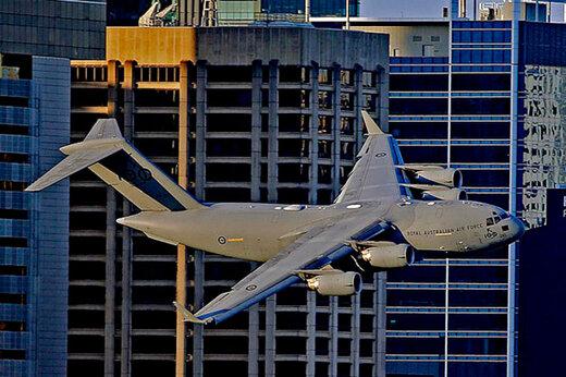ببینید   پرواز هیجانانگیز هواپیمای غولپیکر نظامی در نزدیکی ساختمانهای مسکونی