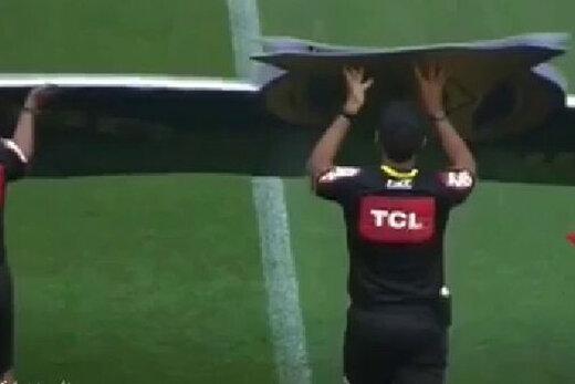 ببینید | لحظه سقوط تابلوی تبلیغاتی روی سر داوران مسابقه در لیگ برزیل!