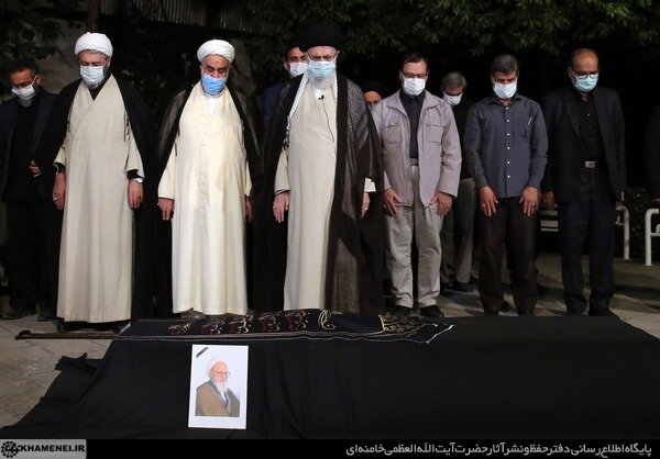 اقامه نماز رهبر معظم انقلاب بر پیکر آیتالله حسنزاده آملی