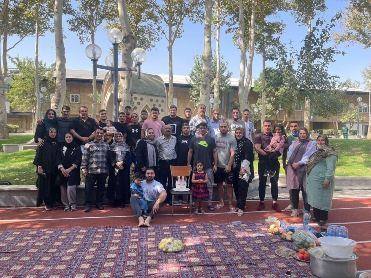 دیدار روحیه بخش ملی پوشان کشتی ایران با خانوادههایشان/عکس