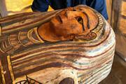 ببینید | ویدئویی شگفت انگیز از لحظه باز کردن یک تابوت ۲۵۰۰ ساله در مصر