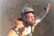 ببینید | لحظه حیرتانگیز نجات چترباز بیهوش در آسمان توسط دوستش!