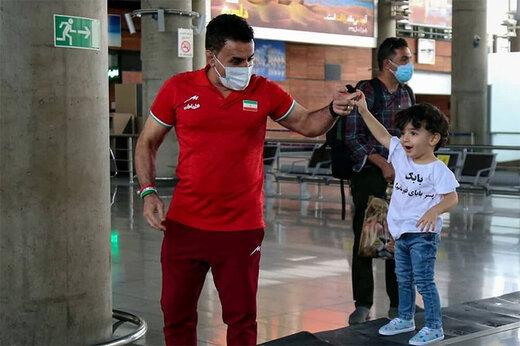 ببینید   واکنشهای جالب پسر محمد بنا بعد از دیدن تصاویر پدر از تلویزیون
