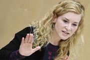 ببینید | بیهوش شدن نماینده مجلس اتریش هنگام سخنرانی!