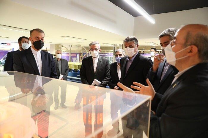 بازدید وزیر امور خارجه از نمایشگاه صنعت هستهای