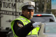 ببینید | یورش عجیب یک شهروند به ۳ پلیس؛ فرار بعد از کتک زدن مامور قانون