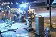 ببینید | سرقت عجیب و باورنکردنی موتورسیکلت به کمک یک لودر غولپیکر!
