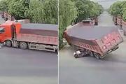 ببینید | زنده ماندن معجزه آسای یک موتورسوار پس از تصادف با تریلی