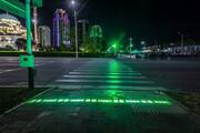 عکس | نصب چراغ راهنمایی کف خیابان برای ایمنی جان عابران موبایل باز