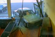 ببینید | تخریب یک جواهر فروشی توسط یک راننده زن