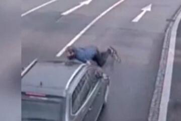 ببینید   نقشه عجیب یک عابر برای خودکشی؛ جنون و پریدن مقابل ماشین در خیابان