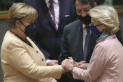 ببینید | مشت زدن به جای دست دادن مرکل با رئیس کمیسیون اروپا