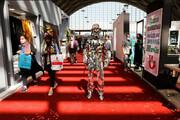 عکس   مردی با لباس آیینهای در یک نمایش مد در شهر تهران