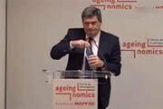 ببینید | اشتباه عجیب وزیر اسپانیایی هنگام ریختن آب